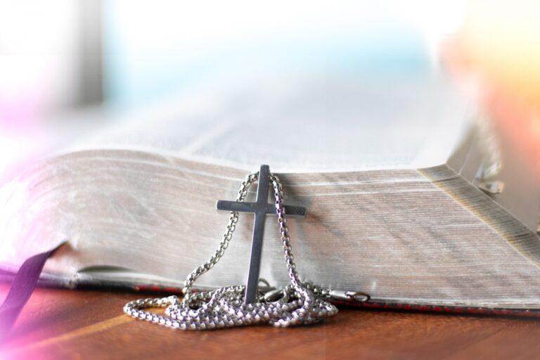 sølv og diamant studded kryss anheng halskjede