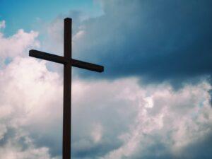 svart kors under blå himmel